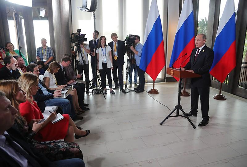 Президент России Владимир Путин во время пресс-подхода на саммите АТЭС во Вьетнаме