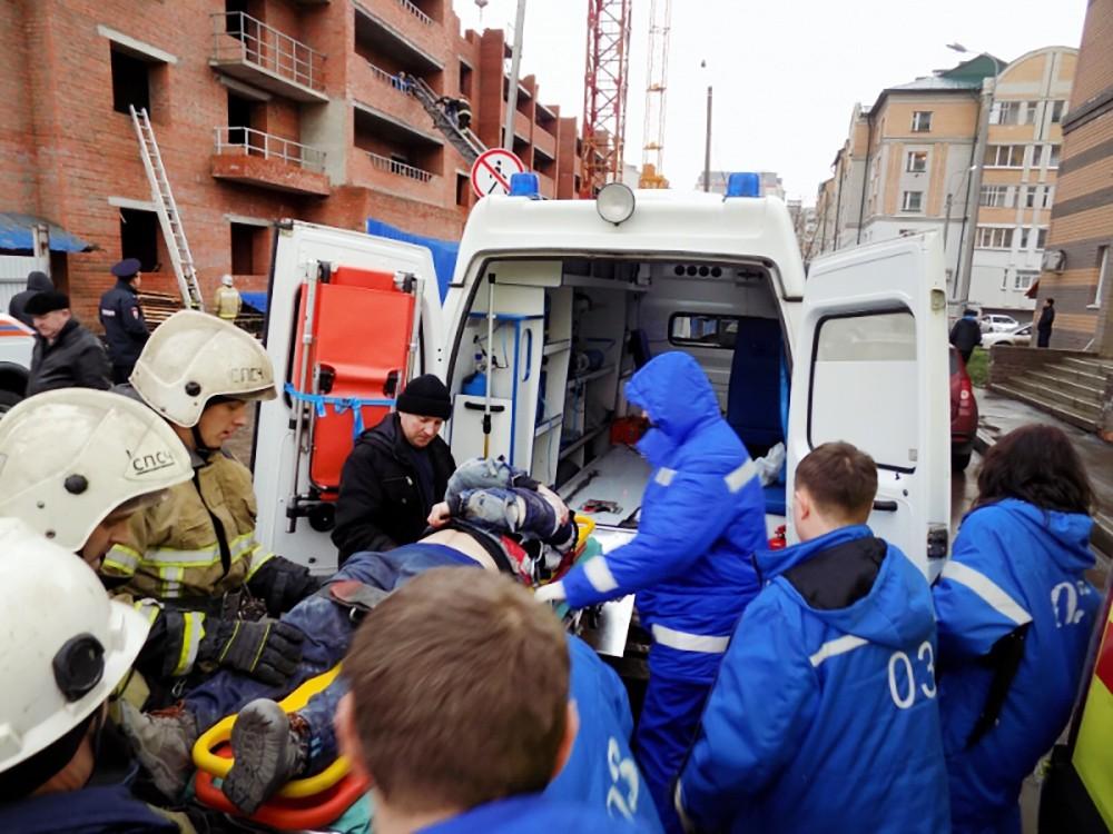 Спасатели МЧС и врачи на месте обрушения в строящемся доме в Саранскержрж