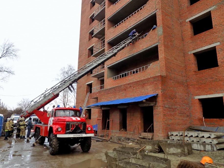 Спасатели МЧС на месте обрушения в строящемся доме в Саранске