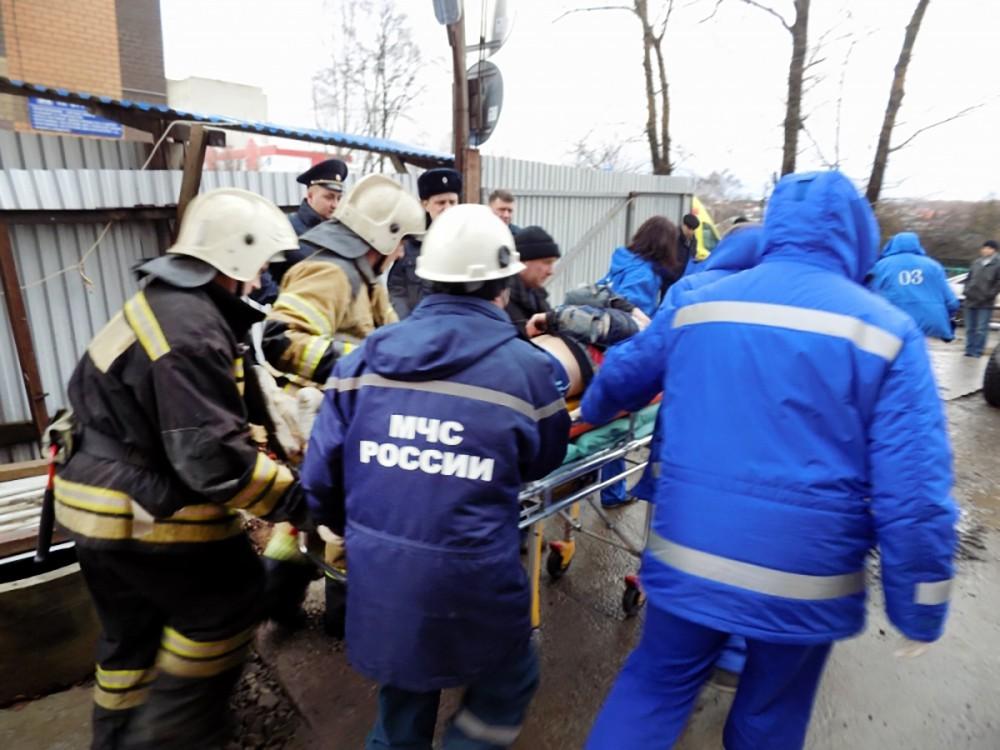 Спасатели МЧС и врачи эвакуируют пострадавшего