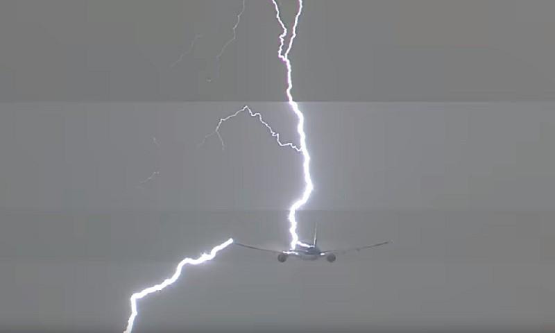Удар молнии в самолет