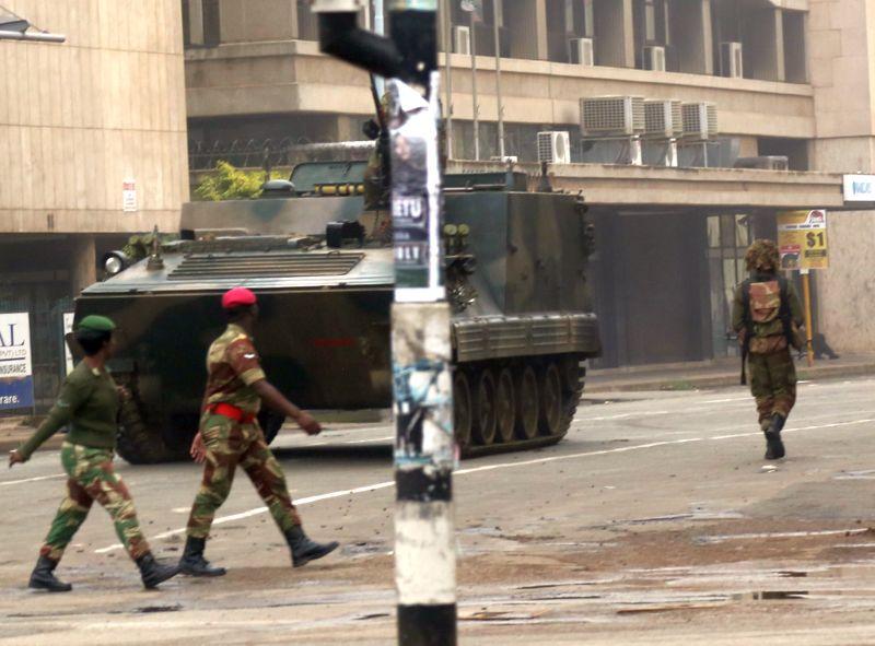 Бронетехника и военные на улицах города в Зимбабве