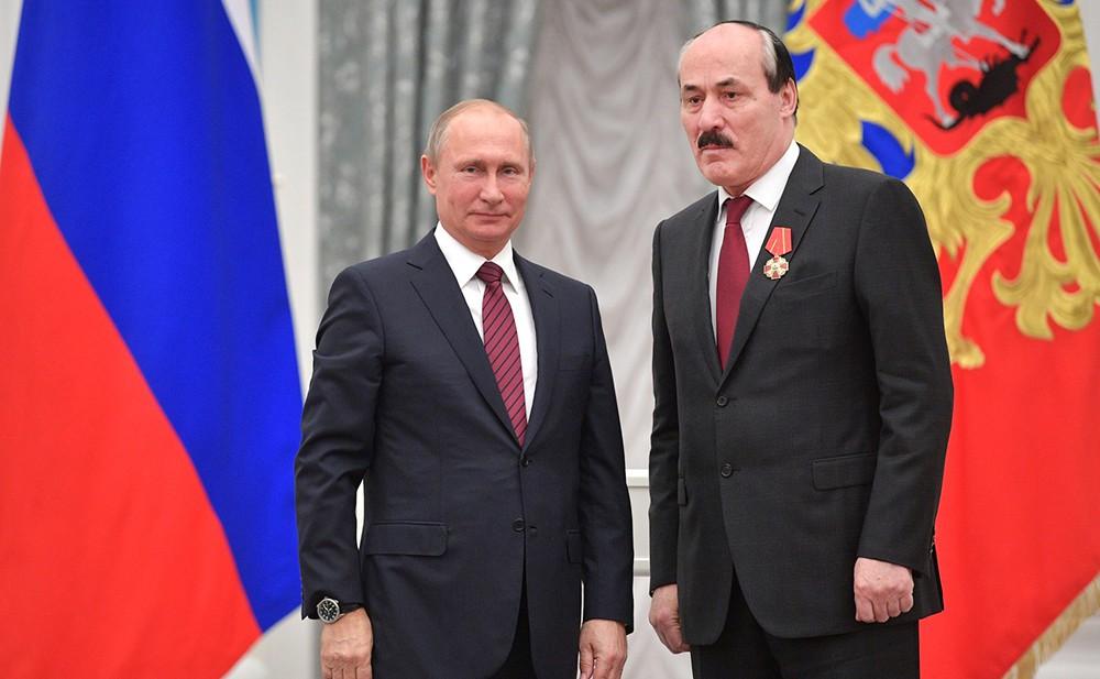 Владимир Путин награждает бывшего главу Республики Дагестан Рамазана Абдулатипова