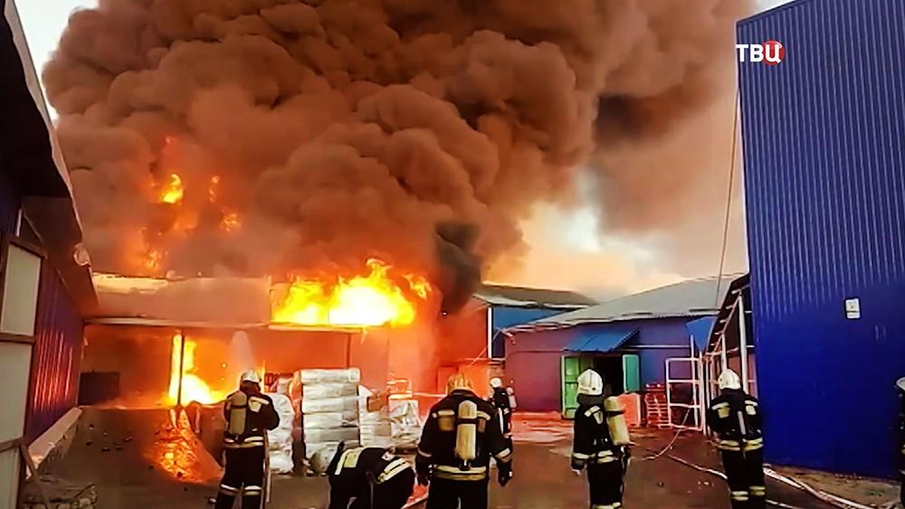 Пожарные на месте возгораия на складе