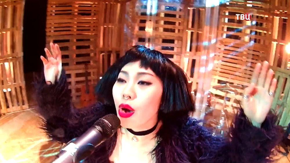 Актриса Ян Гэ поёт