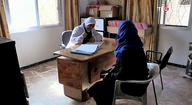 Сирийские врачи осматривают пациента