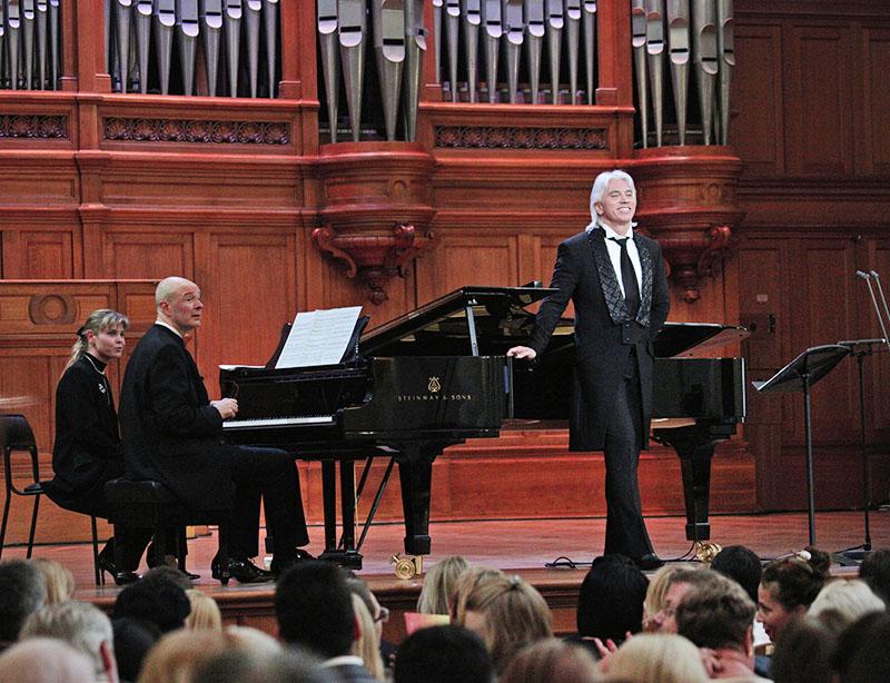 Оперный певец Дмитрий Хворостовский выступает в Большом зале Московской консерватории им. Чайковского