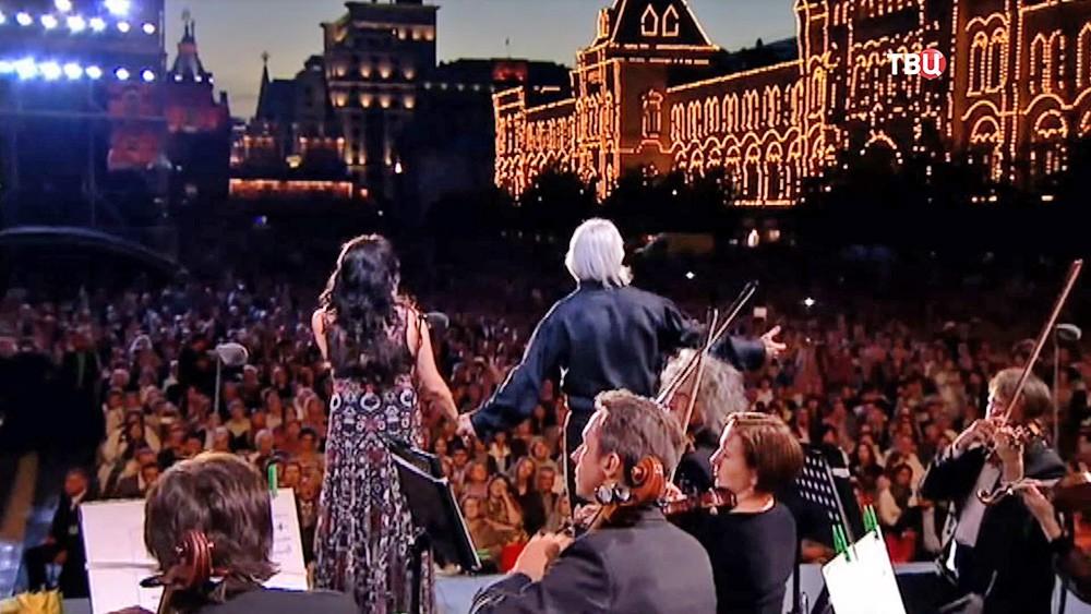 Дмитрий Хворостовский и Анна Нетребко выступают на Красной площади