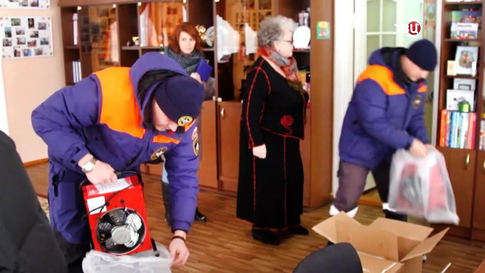 Спасатели МЧС привезли в школу тепловые пушки