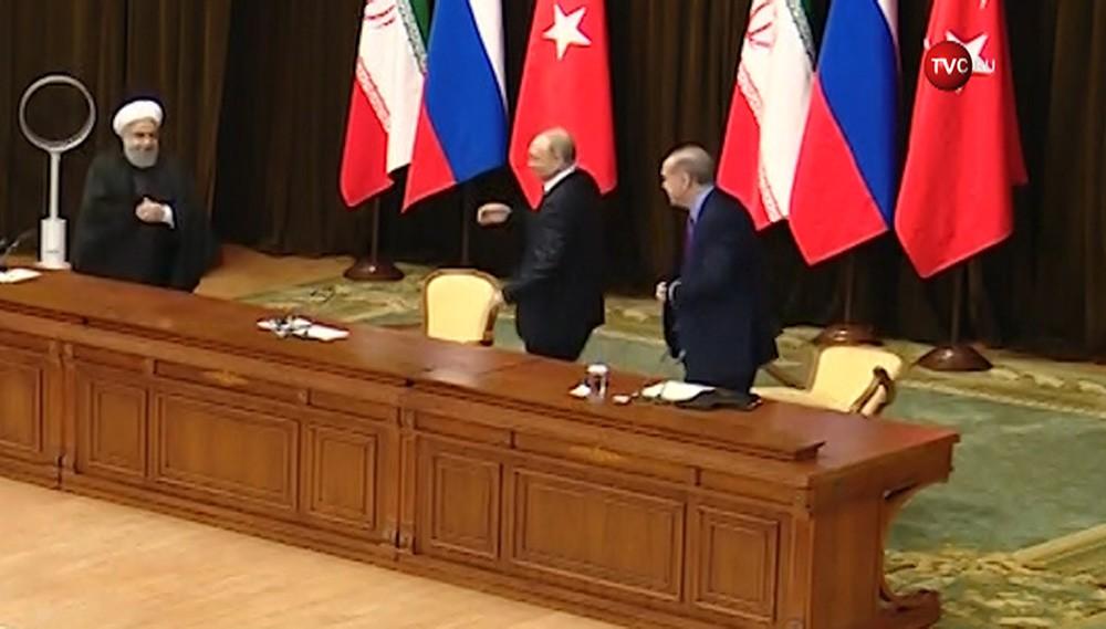 Владимир Путин уронил стул Реджепа Эрдогана
