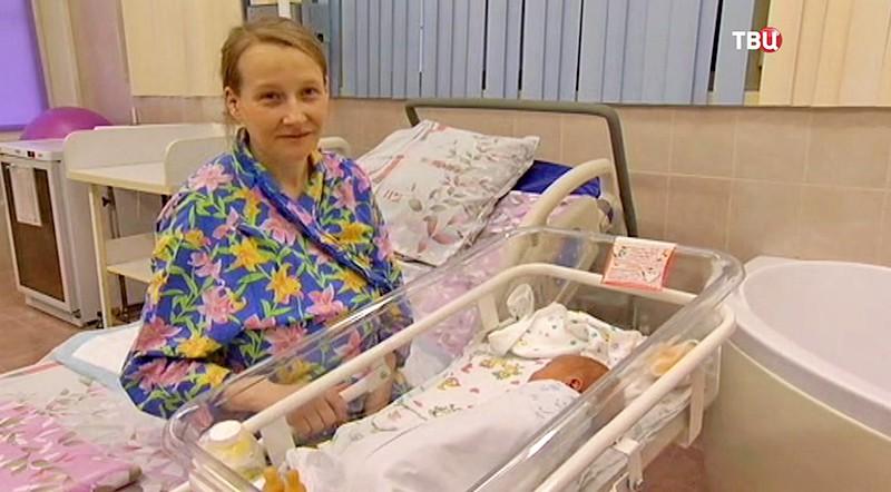 Молодая мама с дочкой