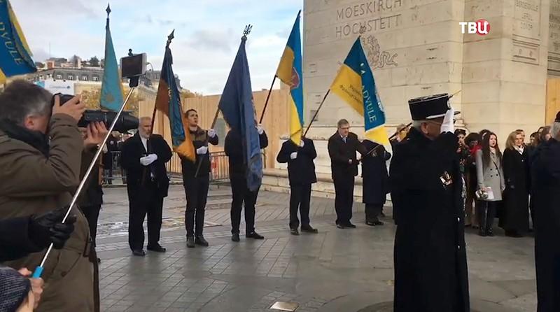 Возложение цветов к мемориалу памяти жертв Голодомора в Украине