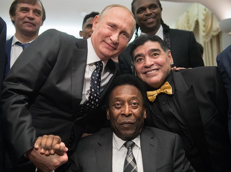 Президент России Владимир Путин, бразильский футболист Пеле и аргентинский футболист Диего Марадона (слева направо) во время встречи со звёздами мирового футбола