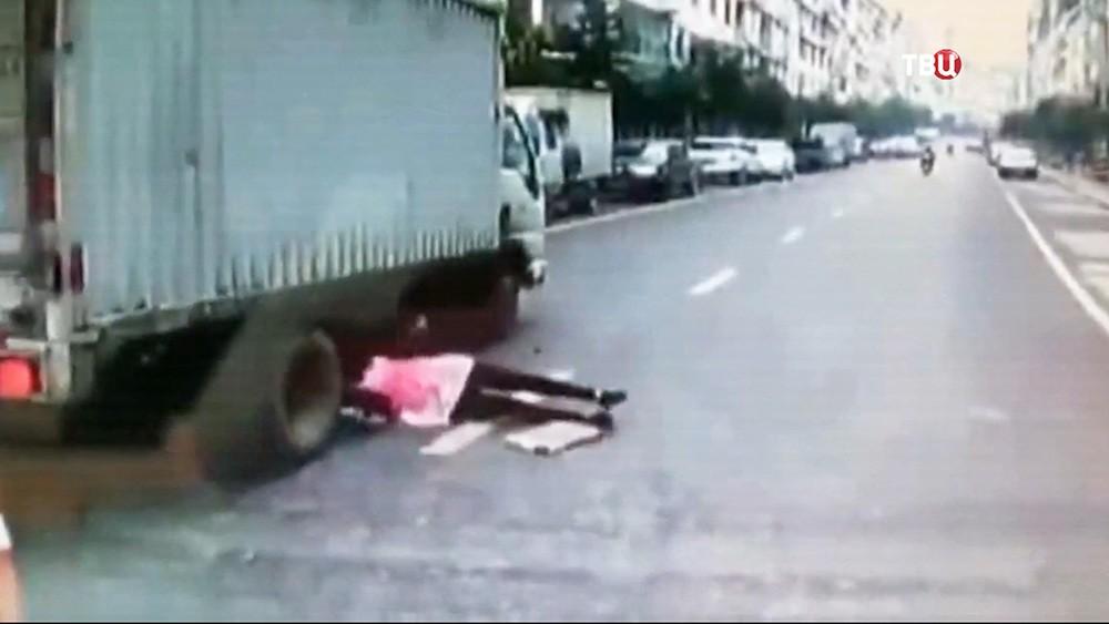 В Китае женщина попала под колеса грузовика