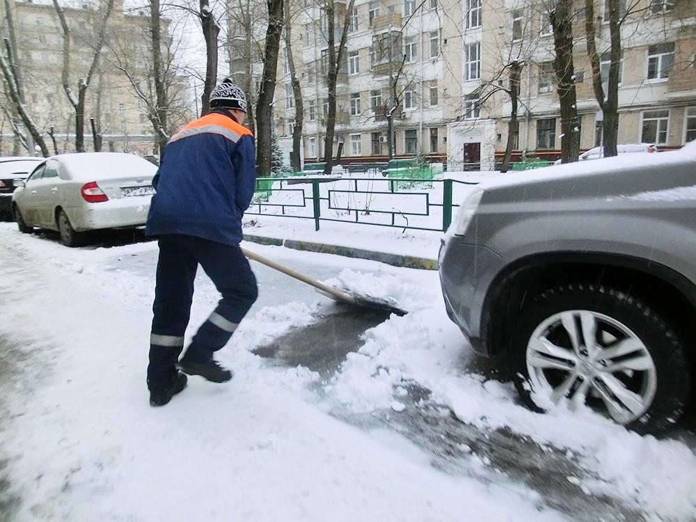 Дворник убирает снег