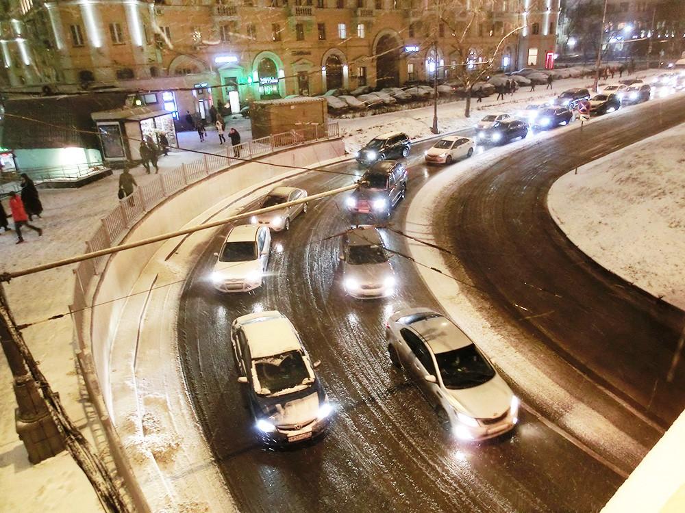 Дорожное движение во время снегопада