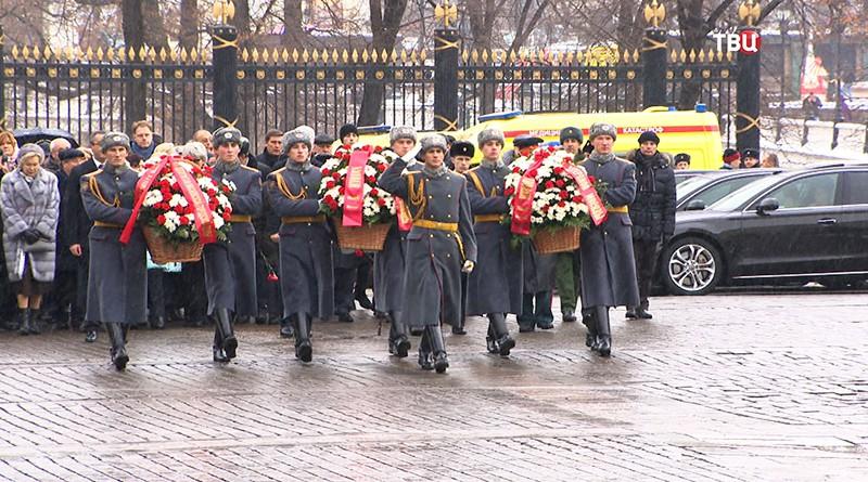 Сергей Собянин возлогает цветы к Могиле Неизвестного Солдата