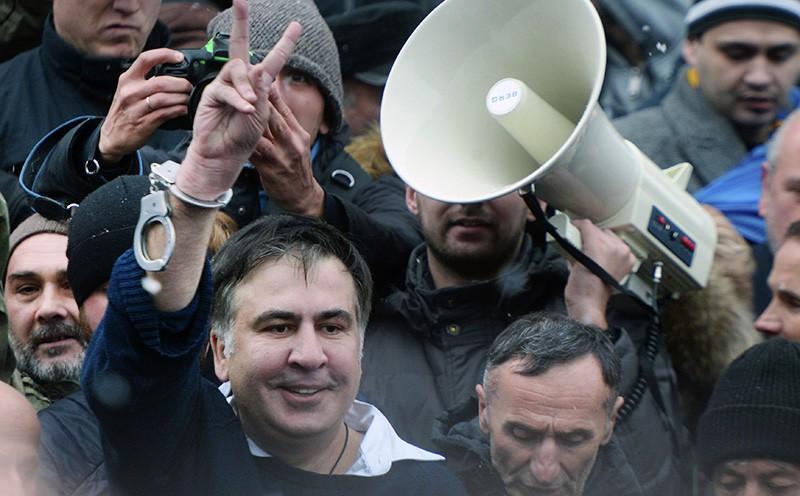 Михаил Саакашвили, освобожденный своими сторонниками после задержания сотрудниками СБУ