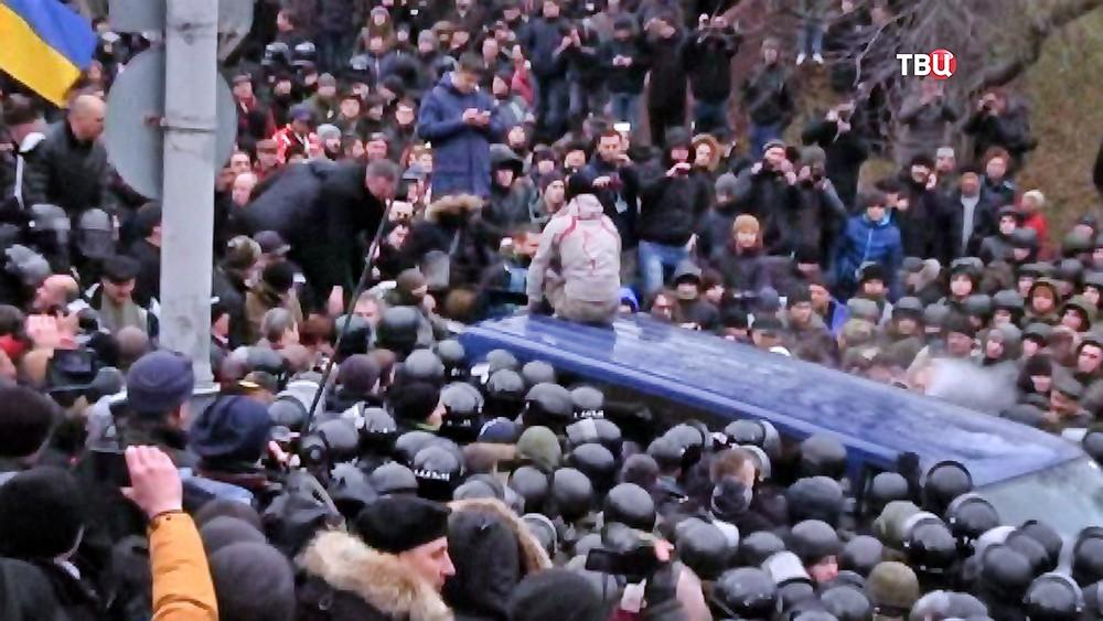 Протестующие напали на бойцов СБУ перевозящих Михаила Саакашвили