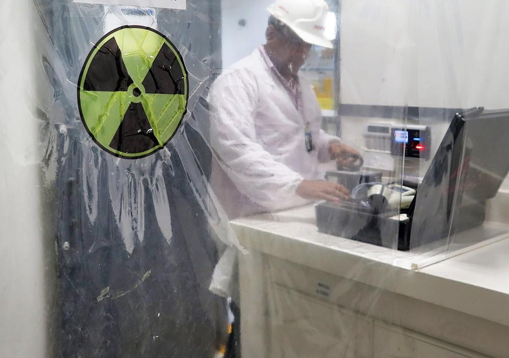 Знак радиации на входе в лабораторию