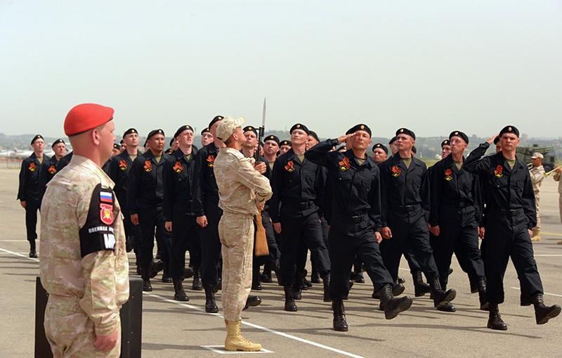 """Военнослужащие во время военного парада на на российской авиабазе """"Хмеймим"""""""