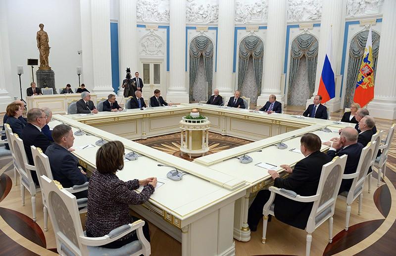 Владимир Путин во время встречи с судьями Конституционного суда