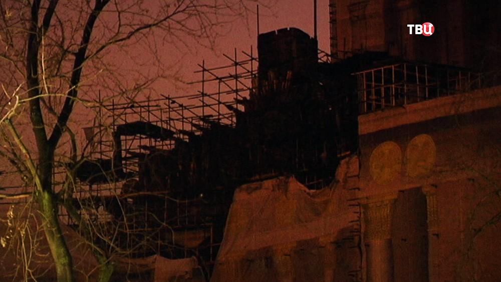 Сгоревшие строительные леса у здания павильона на ВДНХ