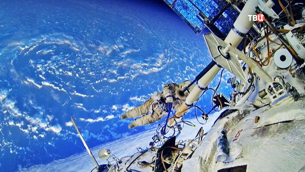 Работа космонавта в открытом космосе
