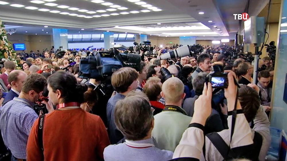 Журналисты в предверии большой пресс-конференции Владимира Путина