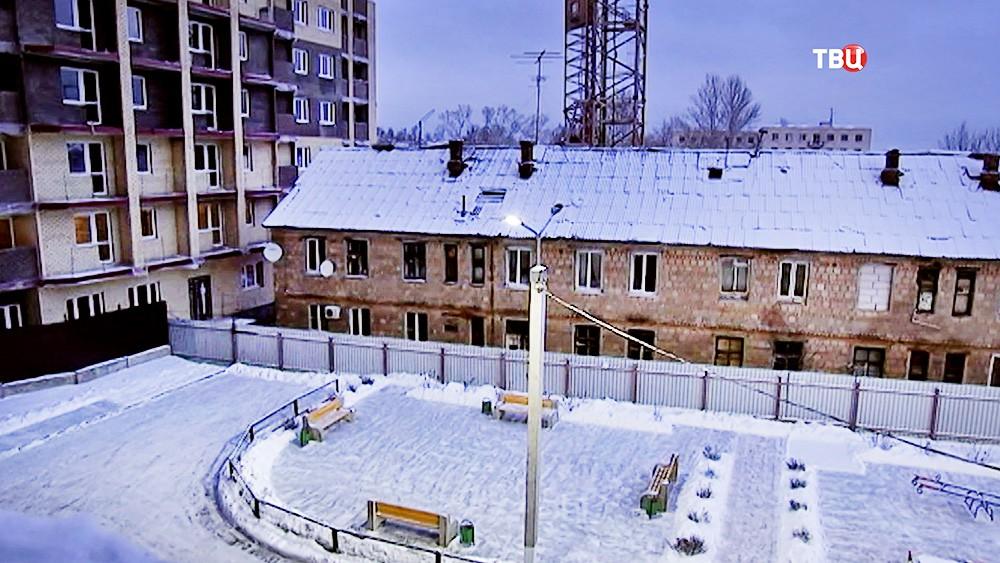 Ветхое жилье рядом с новостройкой