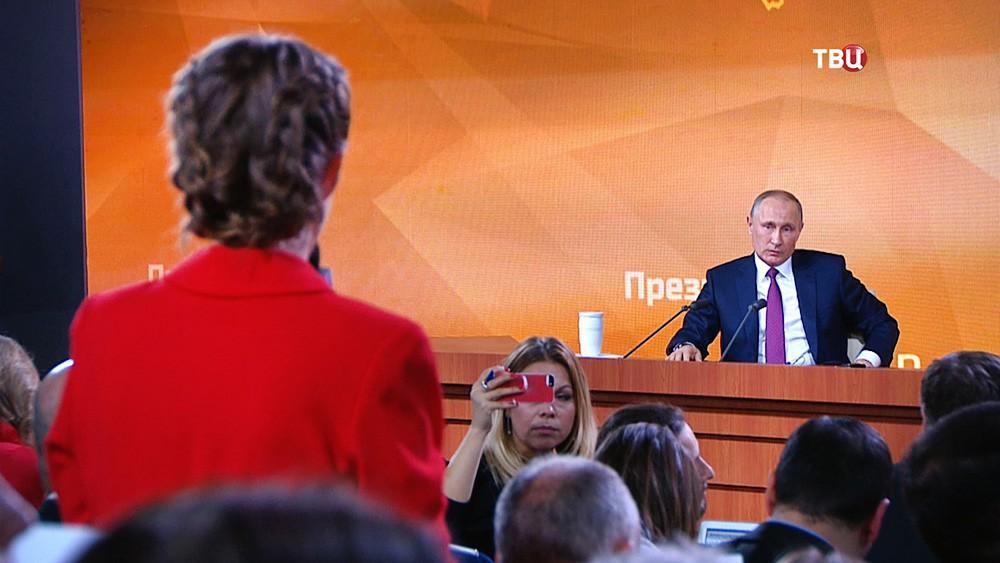 Ксения Собчак задает вопрос Владимиру Путину на большой пресс-конференции