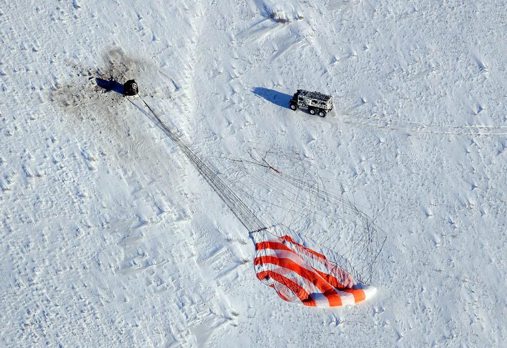 Спасательная группа возле приземлившейся космической капсулы