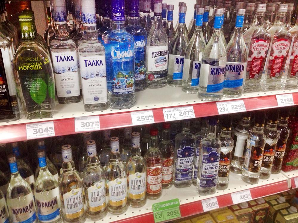 Алкоголь на прилавке магазина