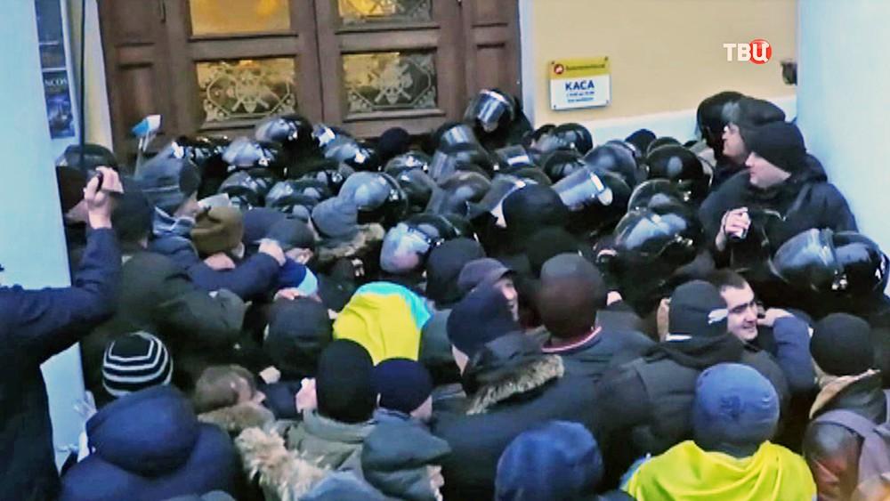Столкновения протестующих и бойцов нацгвардии Украины