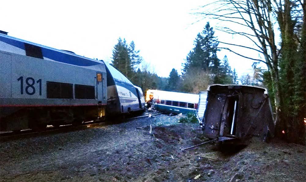Сошедший с рельс поезд в США