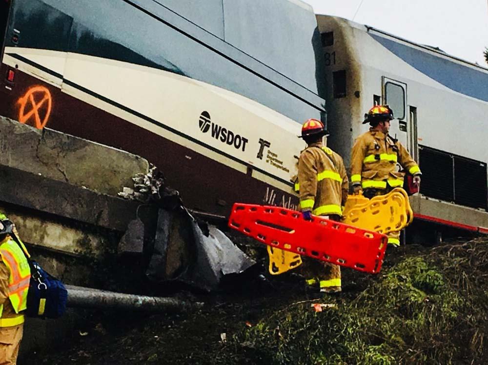 Спасатели США на месте крушения поезда