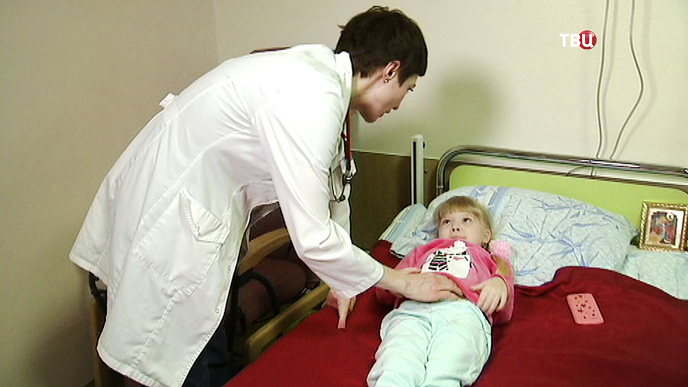Настю Первицкую осматривает врач