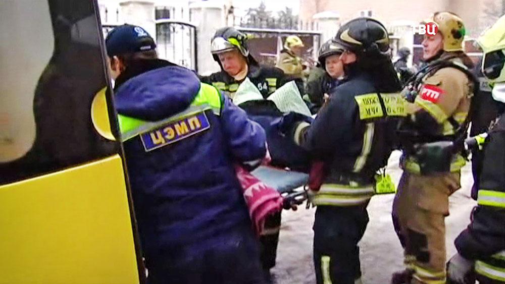 Спасатели эвакуируют пострадавших в пожаре в пансионате в Новой Москве