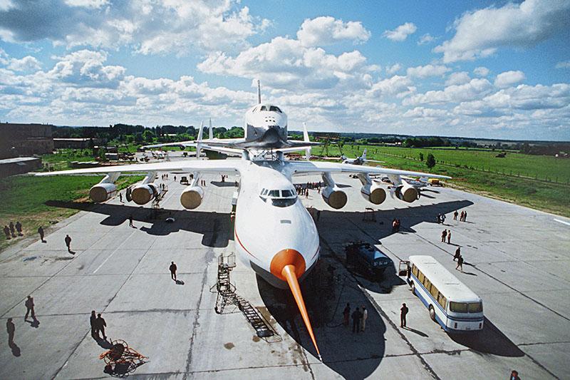 """Самолет Ан-225 """"Мрия"""" с многоразовым космическим кораблем """"Буран"""" во время испытаний. Впереди - штанга датчиков углов атаки и скольжения (ДУАС)"""