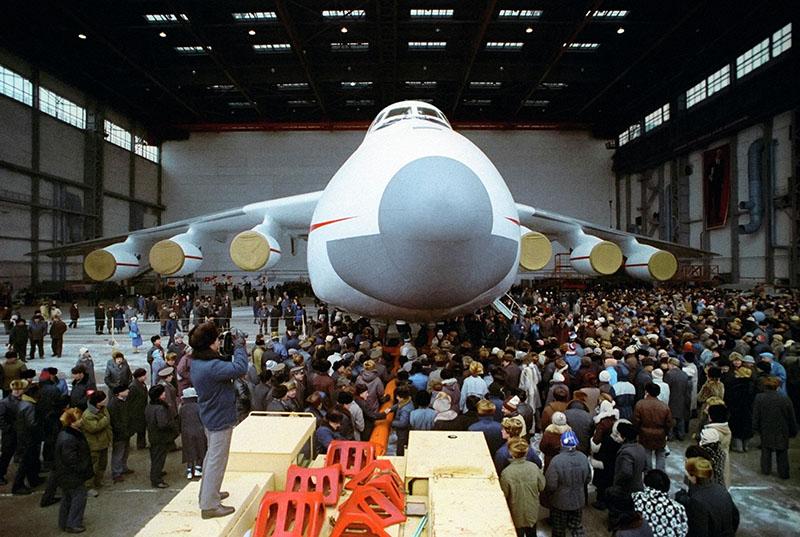 "Митинг перед выходом нового сверхтяжёлого транспортного самолёта Ан-225 ""Мрия"" на лётное поле."
