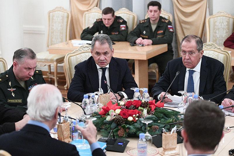 Сергей Лавров и Сергей Шойгу во время встречи с Стаффаном де Мистурой