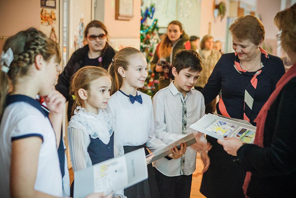 """Награждение участников выставки """"Дети Донбасса рисуют мир"""""""