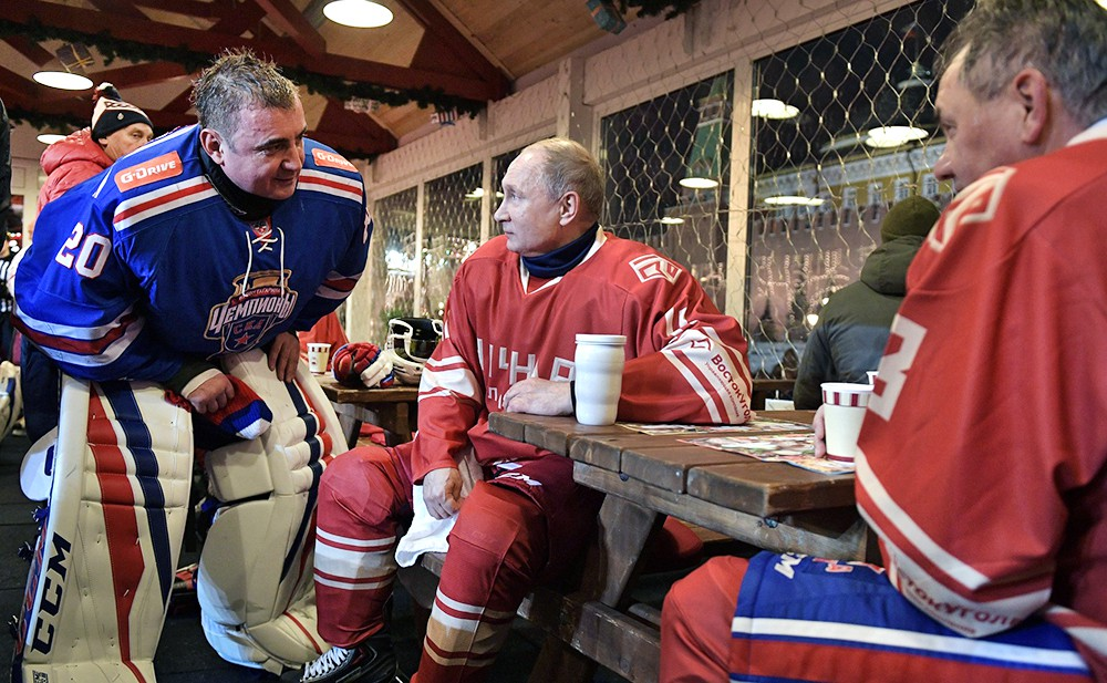 Владимир Путин принял участие в матче Ночной хоккейной лиги на Красной площади