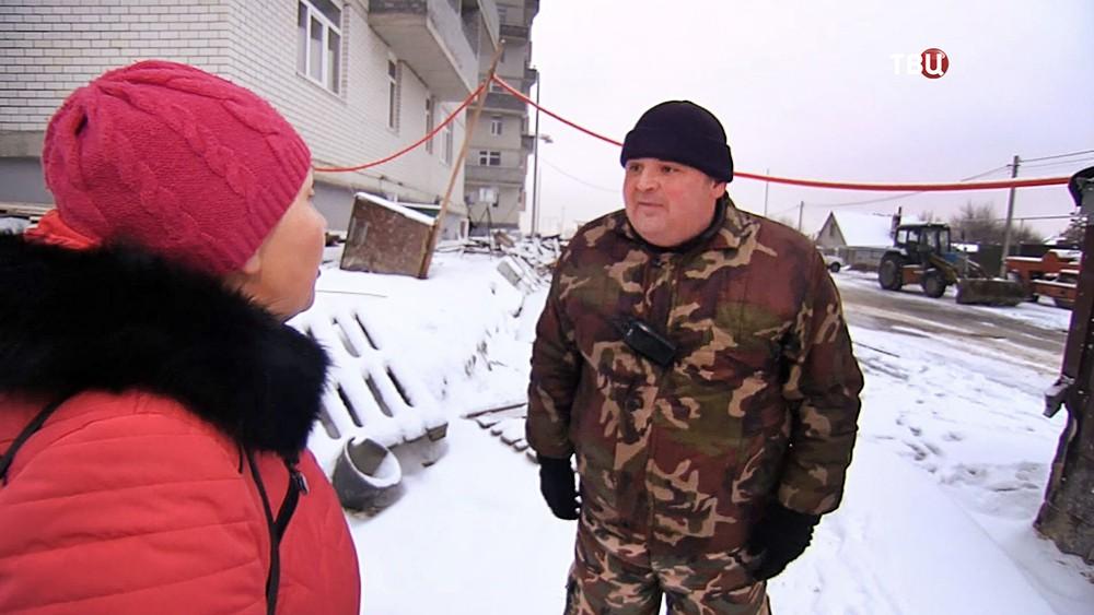Совладелица снесенного дома спорит с охранником стройки