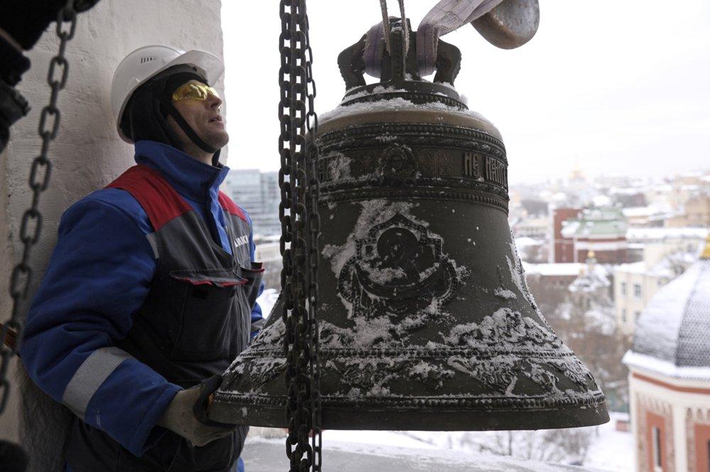 Поднятия колоколов на главную звонницу Высоко-Петровского монастыря