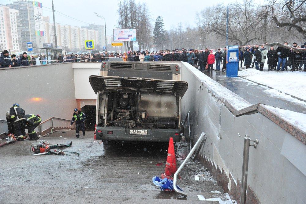 Последствия ДТП с участием рейсового автобуса на Кутузовском проспекте