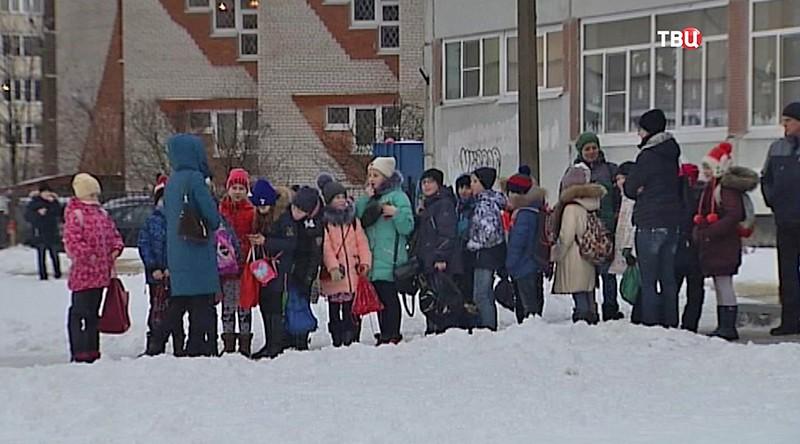 Дети у школы