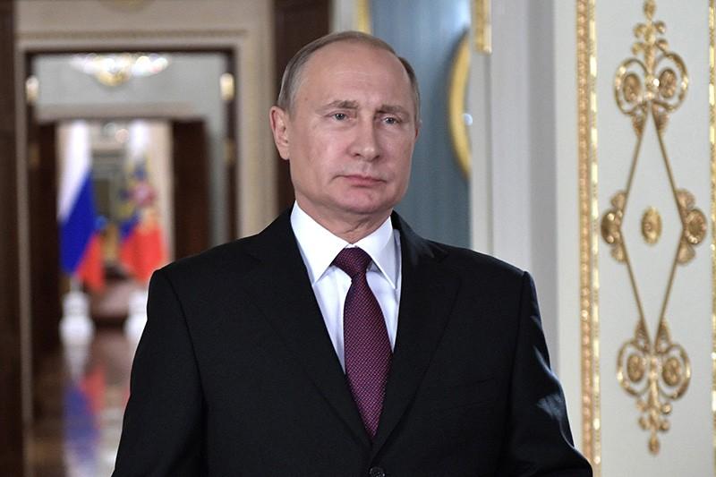 Владимир Путин поздравляет сотрудников и ветеранов МЧС с Днём спасателя