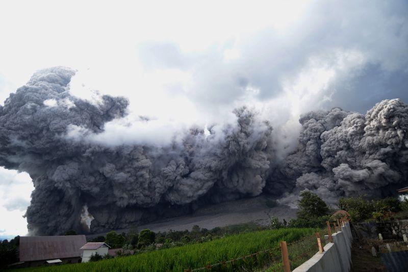 Извержение вулкана Синабунг на острове Суматра