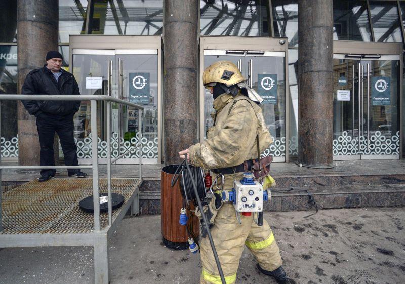 Последствия взрыва у магазина Санкт-Петербурга